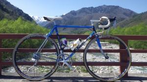 空の色と白い山とワタクシの愛車。最近この自転車の出番が多いです。