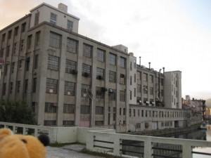 古い建物の中に工場があるんでスッテ!!